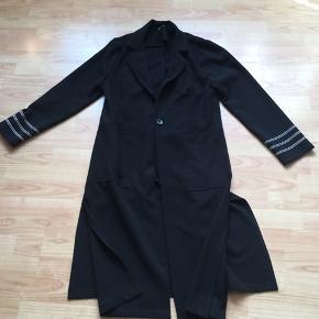 Lækker sort frakke med striber på ærmerne og stræk i den...størrelse T3 svare til en størrelse 40 ....den har slids  i begge sider...👍fra Double Jeu Paris 👍er brugt men pæn👍normal pris er 1999 kr ...