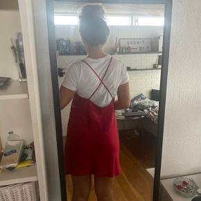 Lækreste vintage satin silke lignende kjole. Desværre lidt for kort til mig, jeg er 175.