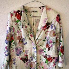Let og behagelig blazer i flot blomsterprint fra det spanske mærke Punt Roma. Ærmerne er tre-kvart længde og jakken er figursyet.
