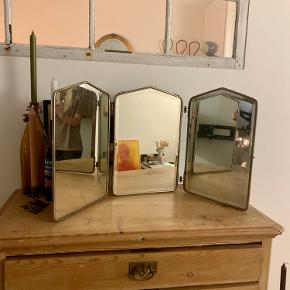 Super flot gammelt fold ud spejl måler 44,5cm høj og Ca 70cm i breden når det er foldet ud. Enkelt lille flig slået i midterspejlet, det ses på billedet
