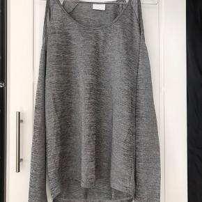 Skulderløs bluse i grå/sølv vævning.  Losefit.