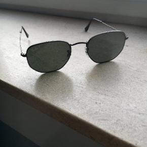 Ray-Ban solbriller næsten aldrig brugt. Kom med et bud er åben for det. Kan afhentes i Brønshøj eller slagelse hvis det er.