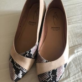Flats fra Wonders som er kendt for at lave lækre sko. Fine detaljer.   Er en størrelse 38, men er for små for mig, og jeg er en størrelse 38 normalt. Derfor er størrelsen sat til 37.   Købt på TS, og sælges derfor videre billigt.