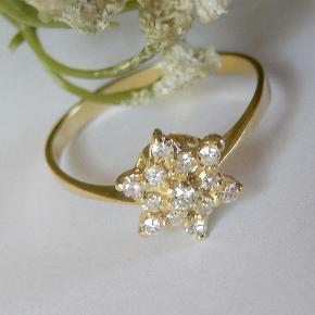585 guldring Brillanter 0,23 ct (stemplet i ringen)  Ringstørrelse 57 (18,1 mm Ø) Stjernens bredde 9 mm