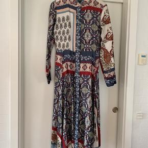 Virkelig den smukkeste kjole, jeg har købt (for lille). Derfor søger den ny ejer. Den er Italiensk design og derfor lille i størrelsen. Svarer til M - se model
