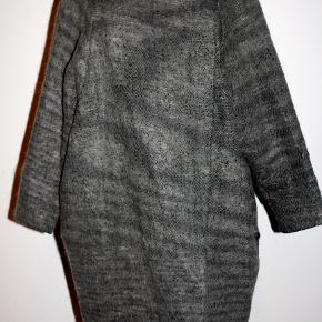Oversize frakke. Materiale: 30% uld - 30% Merino uld - 30% alpaca - 10% akryl.