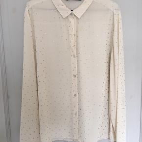 Rigtig fin halvgennemsigtig skjorte med små guldstjerner. Gået med maks 5 gange