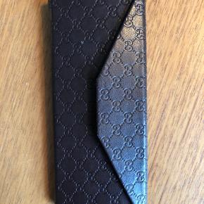 Brillehylster fra Gucci, lidt slidt i toppen ellers i fin stand. Kan foldes helt sammen, når der ikke er briller eller solbriller i. BYD☺️