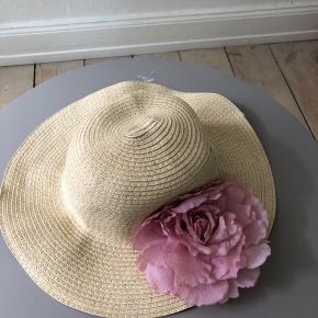 Sommerhat fra H&M sælges. Blomsten kan tages af. Aldrig brugt
