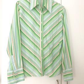 Skøn, stribet skjorte fra Classic Woman - lille i størrelsen 🌾