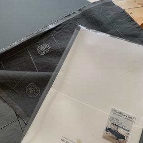 Lækker og pæn georg jensen damask dug ENGESVIK by hand stain repellant tablecloth 100% egyptian bomuld Brugt få gange i pæn stand Farve: winter grey 140x 310 cm