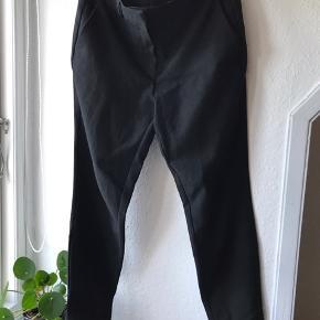 Business suit bukser med let stræk. Lækker detalje ved buksebenet (se billede)