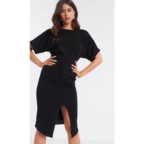 Klassisk sort kjole fra ASOS. Kun brugt 2 gange. Som ny.