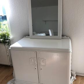 Skab og spejl sælges  400 kr for skab 300 kr for spejl  Afhentes i Hvidovre