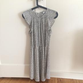 Sød og feminin kjole i 2 lag med flæse ærmer og elastik i taljen. Str.38. Brugt få gange og rigtig god stand.