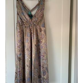 Smuk kjole fra Ilse Jacobsen. Brugt én gang. Størrelse 40. 100 % silke. Byd :)