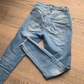 Fine skinny/midwaist jeans fra only. Passer perfekt med en stor strik her til vinter. De er født med lidt slid og er i god stand.