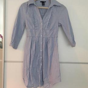 Sød figursyet skjortekjole / tunika / kort kjole fra H&M i nålestribet stof. Kjolen er kort, men den går ned over numsen. Aldrig brugt