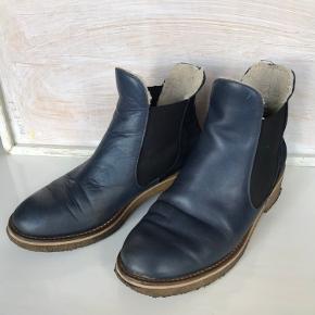Lækre chelsea boots med rågummisål og foring. Du er i super god stand og fejler ikke, andet end brugstegn på sålen. Gammel model.
