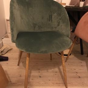 Grøn velour stol fra søstrene grene, fejler intet :-) prisen er fast
