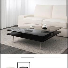BYD Nypris 1.500kr  (Koster ikke 1 kr, den er til BYD)   TOFTERYD Sofabord, højglans sort95x95 cm 31 cm højt  Pris inkl. moms 1.499.-  Passer rigtig godt til söderhamn sofa serie :)   https://www.ikea.com/dk/da/p/tofteryd-sofabord-hojglans-sort-40197486/