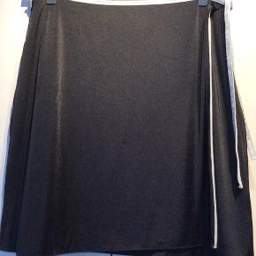 Wolford slåom nederdel sort og lysegrå. Kan bruges på begge sider.   Meget elastisk materiale. Str. Medium.