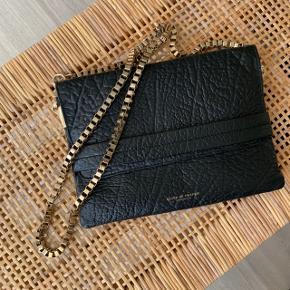 Tiger of Sweden taske sælges.  Kæden kan aftages, så tasken kan anvendes som clutch.   Brugt få gange. Ingen slidtage.   Mål: 26 x 19 cm