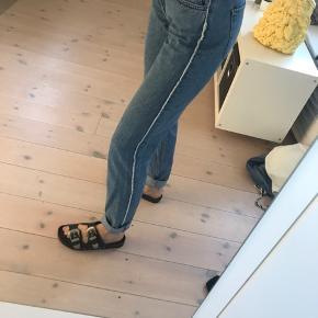 Fede jeans med hvid detalje ned af begge ben. Str 27, men passer en str s-m. Fra mærket Just. Aldrig brugt!   Pris: 200 kr  BYD GERNE  Tjek også mine andre varer☺️💐🌞