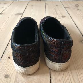 Fine sko i multifarvet glimmer.  Er blevet brugt, men stadig i fin stand.  Bytter ikke!