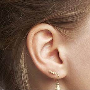 Helt ny ørering i 10 karat guld og diamanter som jeg desværre ikke har brugt, da jeg har mange af den typer smykker.  Kvittering og certificeret og æske haves  10 karat guld med diamanter  Bytter ikke