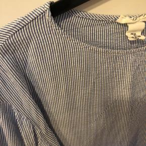 Tynd, blød stribet bluse med bindebånd. Kan både bindes foran og bagtil 🌸 Byd