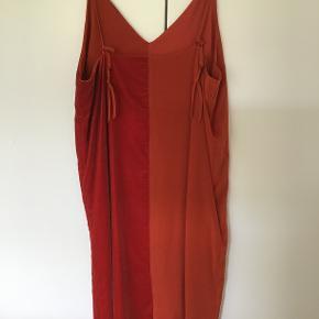 By Malene Birger kjole Model : NABRAS Aldrig brugt og stadig med tag. Oprindelig købspris 2300 kr Sælges for 600 kr. incl. porto Bytter ikke