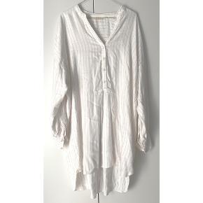 Skøn blød hvid skjorte kjole fra Rabens Saloner 🤍   - passer en L-XL - løs skjorte kjole model - blød viskose kvalitet - hvid med guld/rosegold tynde striber - næsten som ny, meget lidt nusset, hvilket ikke kan undgås i denne kvalitet. Kan nemt fjernes med fingre / fnugshaver, og så er der intet.  Nypris 1499,-   Se også mine andre fine annoncer. Sælger billigt ud 💕✨