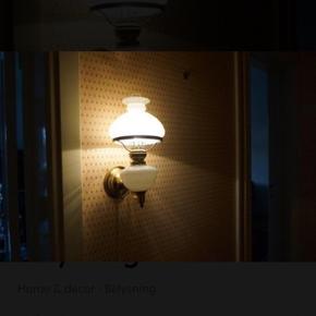 Antik og Fin væglampe Fin og som ny Antik Væglampe  Farve: Messing & Hvid