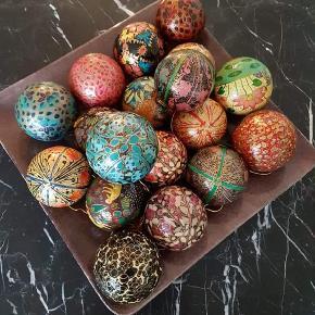 Smukke håndmalede julekugler sælges , begrænset antal tilbage 3 stk 100 kr , 6 stk 175 , det samme gælder de smukke håndmalede æg