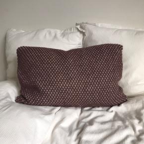 Sælger denne smukke pude fra Aiayu. Modellen hedder Heather pillow (40x60) og er lavet i 100% uld.   Nypris: 1600 kr.   Puden er i god stand, men den har en lille tråd som er gået op på bagsiden.   Skriv endelig for mere information. Kan sendes ellers afhentes i Aarhus N.
