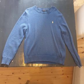 Flot Ralph Lauren sweater der passer perfekt med skjorte. Lidt misfarvninger foran, og derfor sælges den billigt