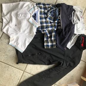 """Hilfiger str. M  Tommy Hilfiger - Sommer/Overgangsjakke, sort, 100% nylon. Sort lynlås, 2 skrålommer / lynlås samt 2 brystlommer også lukket med lynlås.  Hilfiger Denim - Neckjumber, grå melange, 82% bomuld, 15% nylon, 3% elasten.   Tommy Hilfiger - kortærmet t-shirt, blå med grå tekst """"Hilfiger, Est. LXXXv, New York, Økologisk bomuld.  Tommy Hilfiger - Skjorte """"New York Fit, ternet i blå, hvid og army + miksede tern, 100% bomuld.  Tommy Hilfiger - Polo, slim fit, hvid med kontraststriber i turkis og grå ved krave og ærmer, 100% bomuld.    Prisidé dkk 400,00 - kom gerne med et seriøst bud."""