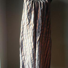 Varetype: kjole Farve: grå/orange Oprindelig købspris: 499 kr. Prisen angivet er inklusiv forsendelse.  kjole fra Saint Tropez.  str L.  50% viscose, 35 % viscose, 15% metallic fibre.  med shimmer og regulerbare stropper.  brystvidde 114 cm, sidelægde 77 cm under arm.   bytter ikke til andre varer.  Brugt 1 gang!! Næsten som ny.    opr pris 499,- sælges billigt til 249,- incl porto