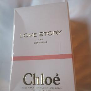 Chloé Love Story Eau Sensuelle EDP 75 ml - Normal pris på nettet 865kr - Chloé Love Story Eau Sensuelle EDP er en sart, fin og skrøbelig duft med sensuelle undertoner. Duftnoterne er en forfinet version af de klassiske noter, orange blomst og blade fra kirsebærblomst træet. Denne Eau de Parfum er en romantisk fortælling, der begynder med et forelsket par der mødes i morgensolen. Duften af orange blomster er blandet med duften af daggry, med en let peberet note af nasturcia og blomme blomster. Det er en friskere, mere blomstret og mere sensuel udgave end den originale Love Story EDP.Det er prisem på den..