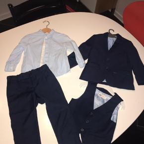 Super flot habit sæt med bukser, jakke, vest og skjorte Alt er str 98 Sættet er mørkeblå og skjorten lyseblå