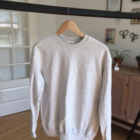 Grå/hvid sweater i str.XS. Men kan også bruges af folk der normalt bruger str S og M ligesom jeg selv.  Har en meget lille prik ved højre skulder (se billede 3)