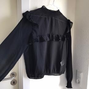 Flæse bluse fra Gina Tricot sælges grundet oprydning i skabet. Det er en størrelse 38 (medium), men kan også passes af en small. Nypris er 199 kr.  Kan sendes på købers regning🌸