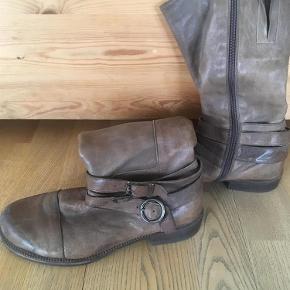 Varetype: støvler Farve: Brun  Har nye såler under hælen