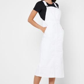 Sejeste hvide denim kjole i tyk kvalitet. Både anvendelig med en tshirt under og uden. Ingen mangler, pletter eller tegn på slid!