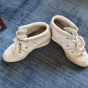 Isabel marant baya sneakers i hvid læder.  God stand. Er købt i Paris. Æske, dustbags og kvittering haves. Bytter ikke