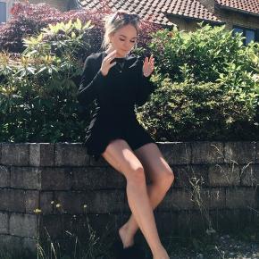 """Smuk """"little black dress"""" næsten ikke brugt, god med en sweater ud over her til efteråret 🤓🐻🧣"""