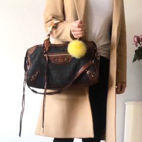 """Limited grå/brun Balenciaga City taske med sølv hardware.  Tasken fremstår med div. brugstegn. Der er et mærke foran på taske (der er ikk hul igennem), en tassels er kort, men remme fremstår i god stand.      Der medfølger rem og tørklæder på remmene, som let kan tages af, hvis køber ikke ønsker dem på. (Vedhæng medfølger ikke)  Kvittering haves ikke, da jeg selv har købt den secondhand. Alle detaljer, der skal bruges for at verificere en Balenciaga-taske, er vist i annoncen, så det står køber frit for at få den verificeret inden køb. Tasken er 100% ægte!  Mål: 24x38 cm (kan indeholde en Macbook 13"""")   Nypris d.d.:  for en City taske: 12.500 kr.  ⛔️ FAST PRIS & ingen bytte ⛔️  •••••••••••••••••••••••••  Jeg sender gerne, men porto er på købers regning. Mulighed for """"køb nu"""" via Trendsales ⭐️  Spørgsmål om mp ignoreres, da prisen fremgår i annoncen.  Jeg sender IKKE flere billeder med tasken på - jeg har vist, hvordan den kan bæres i billederne under annoncen.  Jeg handler via Trendsales, mobilepay eller bankoverførsel - ikke kontant."""