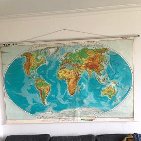 Landkort: Gammelt, flot verdenkort som fylder lidt for meget i mit rum på nuværende tidspunkt :) Den har selvfølgelig brugsmærker og slitage, men det gør den kun endnu flottere og rustik :-)  Skal hentes på hjemmeadresse i NV. Er åben for bud!