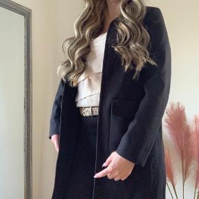 Velholdt pæn sort jakke/lang blazer str 38  Fremstår pæn og velholdt  Kan bruges som blazer på arbejdet/dagligdagen  Som overgangsjakke eller fin jakke til fester o.lign  Handler også  mobilepay